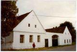 jedno ze starých stavení v obci cca 1995